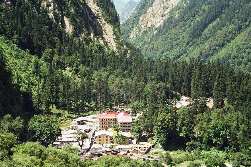 This is the base camp Ghagria. From here you can go to holy Hemkund Sahib or the Valley of Flowers. With my Punjabi looks, beard and kada a number of my Sikh brothers seemed offended when they saw me turning left to the Valley of Flowers as if saying how can a Sardar not go to Hemkund. How was I to tell them that I had been there way back in 1989.