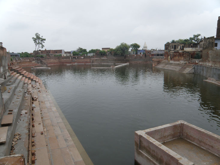 Just next to the Radha Kund is the Shyam Kund. Both are kunds are well maintained and water is clean.