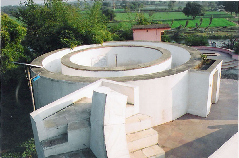 Digansha Yantra: This instrument is used to find out the Altitude (distance from the horizon and the 	(angular distance from the Earth or western point	along the horizon) of any celestial body.