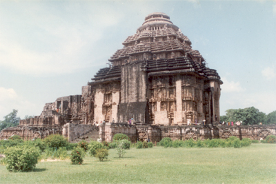 Side view of the temple. Note the wheels at the base of the temple.