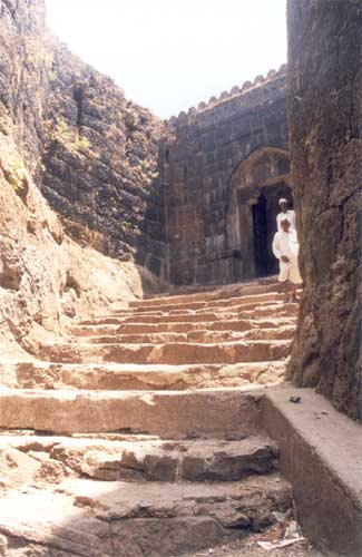 Steps to the main entrance of the fort. This was made at an angle by which it was impossible for the enemy to use elephants to break the fort door. Look at the earlier & this picture together to get a better understanding of their strategy.
