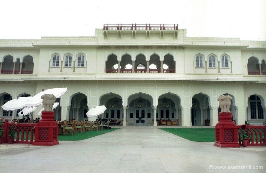 Another view of the palace grounds. We sat in the lawns and had bhujiya and masala tea. The hotel has 90 rooms.