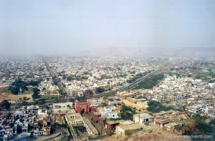 An overview of Jaipur clicked from the Surya Mandir.