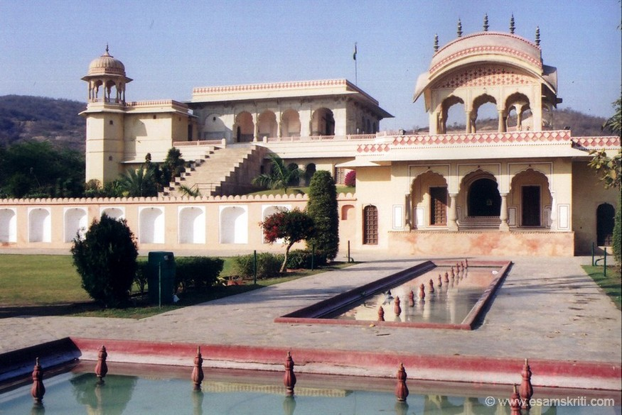 A funding by G D Birla's trust restored the place in 1988. It is a beautiful place with lovely gardens ie situated on the banks of the Jal Mahal. A number of Bollywood movies were shot here. You too can get clicked in local clothes.