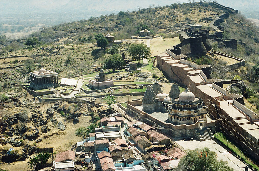 Clicked this picture from Badal Mahal. On the left is a Shiv mandir next to which you see a small Adhinath temple. Dwellings that you see are mostly of Muslims. On the right you see the Vedi Mandir. On the right you see the fort wall from the inner side, the outer side you saw in the earlier picture. Huge platform is constructed next to the fort wall. Enables you to get a good view of Badal Mahal from down as you shall see later. See the point to which the fort extends i.e. on right of picture.
