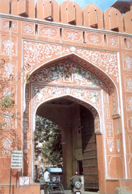 A closer view of the City Gate. To the right of the picture see the huge wooden gate. All through Rajasthan, parts of Gujarat and Uttar Pradesh you would see similar gates.