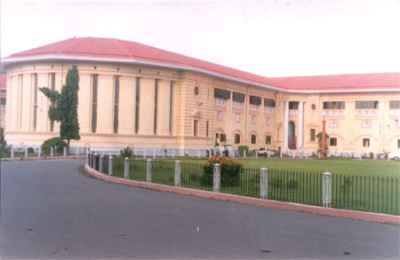 A side view of the Vidhan Sabha. Looks very clean & impressive. Very unlike the impression that we had of Bihar.