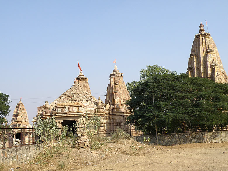 An overview of the temple complex. Left is Mahakaleshwar (Lord Shiva temple), centre is Undeshwar and right is Hajareshwar. All temples made around 12-13th century