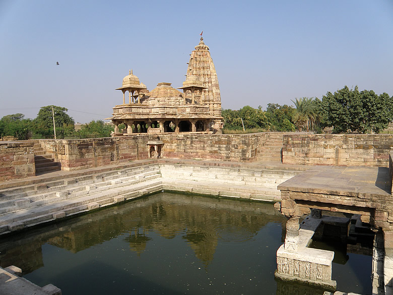 You see Lord Indra kund with Undeshwar temple in the background.