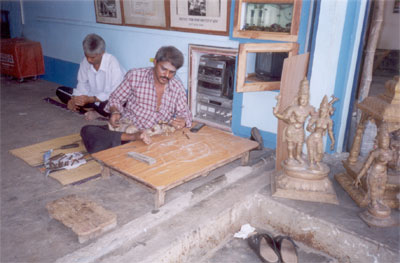 Here is a local craftsmen busy making brass statues. His shop is outside the Nagaswamy Temple. What attracted me to his shop was the loud Tamil, English & Hindi music that was playing, believe me all the latest English numbers.