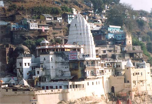 A closer view of the Omkareshwar Jyotirling. Just next to the white structure you can see a recently constructed portion as you can see in the next picture. Since the temple has five levels it helps you go from level two to level three. Level three to five is within the structure itself. At each level is a mandir ie Omkareshar, next Mahakaleshwar, Siddheshwar & Manshadevi, Gupteshwar and Dhwajeshwar.
