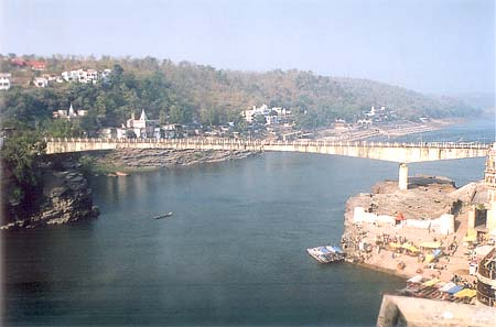 Whilst we were reaching the temple from the new bridge clicked this picture that shows the old bridge. On the right of this picture is the ghat where devotees who come by boat get off.