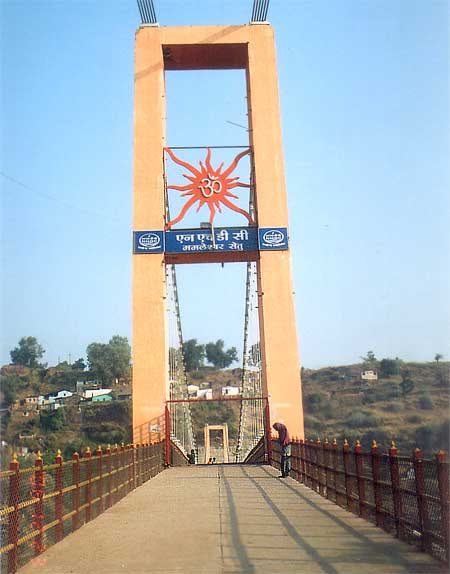 The new bridge constructed during the last Simhastha held in 2004. You can cross the river Narmada on to Omkareshwar in various ways. You can take the new or old bridge or take a boat ride.