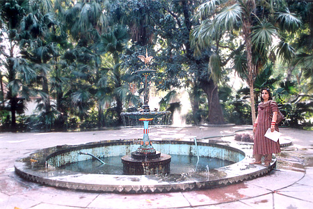 Next we walked around the garden clockwise. We first came across this garden ie has a fountain the center and small fountains around the periphery of the garden. Very beautiful.