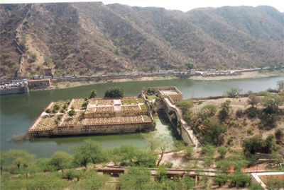 In front of the fort is the Maota Lake with beautiful reflections of the Amber Fort-Palace. In the background you see a number of tourist vehicles. What you in the center of the picture is a multi level garden. In the summers it is cooling to sit such a beautiful garden.