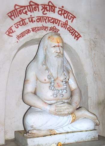 Icon of Pandit Narayanji Vyas in the Bada Ganesh Mandir. He is a descendant of Rishi Sandipani (Sandipani Ashram you will see later) who taught Krishna & Sudama.