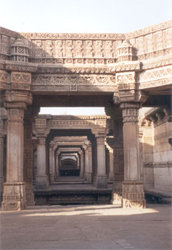Clicked from the entrance side it shows a series of pillars, gap between two pillars represents a drop in storey ending in the well.