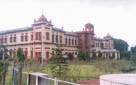 Patna Museum. It houses the world s longest fossilized tree - 16m and 200 million years old. There is a fine collection of Chinese paintings and thangkas (Tibetan cloth paintings). It has a casket that contains Lord Buddha's ashes, which have been excavat