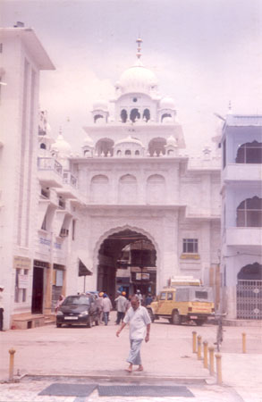 What you see is the entrance to Harmandir also called Patna Sahib being the birthplace of the tenth Sikh Guru Guru Gobind Singhji. Built of white marble by Maharaja Ranjit Singh.