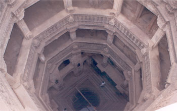 Clicked from the top is the well at the bottom and balconies surrounding it.