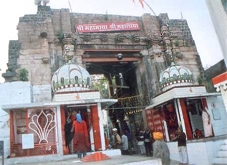What you see is the 24 Khamba Mata ka Mandir. It is the old entrance of the Mahakaleshwar mandir and is today app a 7 walk from it. It would be ok to extrapolate that the ancient temple consists of a huge complex where stand houses today. Attend the morning aarti about 6.30 am, very powerful.