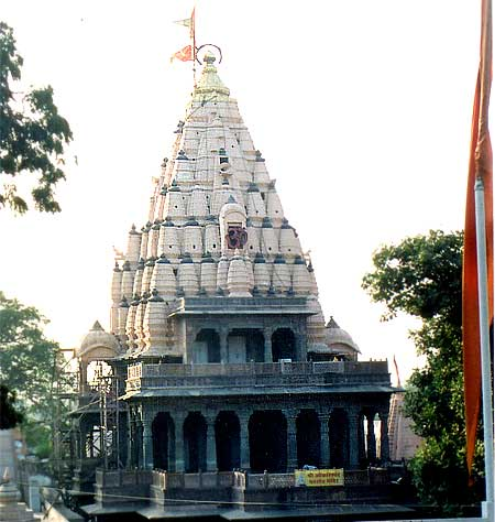 The idol of Mahakaleshwar is known to be dakshinamurti, facing the south. At the naval point of the earth south facing Mahakala is situated, the only Jyotirling of its kind. This fact has a special significance in the Tantric tradition. The idol of Omkareshwar Shiva is consecrated in the sanctum above the Mahakal shrine ie first floor in the picture. The idol of Nagchandreshwar on the third storey (just below the shikhar in the picture) is open for darshan only on the day of Nagpanchmi. On the day of Mahashivaratri, a huge fair is held near the temple. What you see is the mandir.