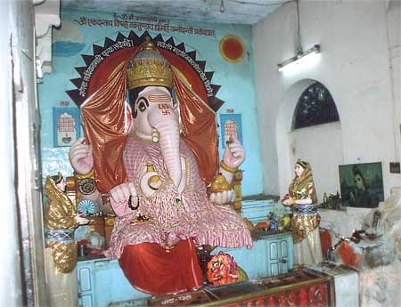 Bada Ganesh Mandir: this temple is very close to the Mahakaleshwar temple. It has a huge icon of Ganesh, the son of Lord Shiva. An icon of this size and beauty is rarely found.