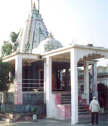 Mangalnath Mandir: According to Matsya puran, this is the birthplace of Mangalgraha or Mars. Flowing Shipra river presents a very beautiful view in front of the temple. Devotees gather in large numbers esp. on Tuesday. Located on a hillock, this place represents the highest place in the area. In ancient times, the place was famous as it is said to have provided a clear view of Mars – Ujjain was an important center for astronomical studies. This place, traditionally known for its suitability for astronomical readings of mars continues to hold its religious importance.