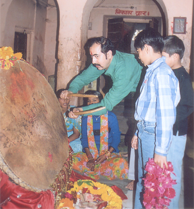 On the way back from Salasar we stopped at Jheerna Mata ka mandir. You see me with a huge dholak in the temple premises.