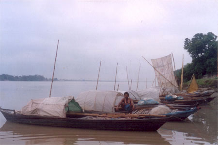 Boats on the banks of the river Gandak.
